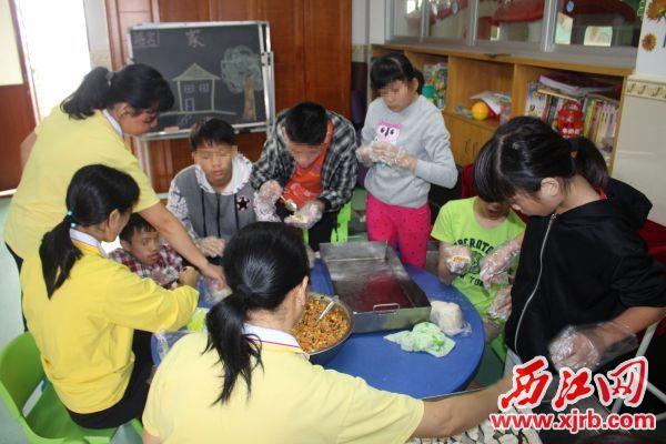 在社会福利院举行的生日会上,孩子们在老师和志愿者的指导下包饺子。 受访单位供图
