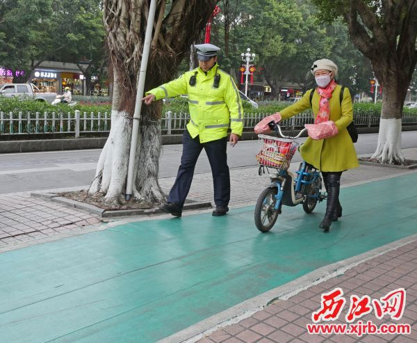 市民在非机动车道上逆行被交警截停app自助领取彩金38。 西江日报记者 吴威豪 摄