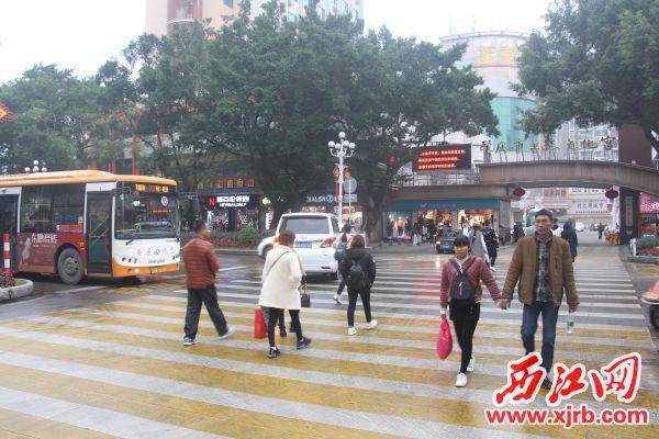 在天宁北路斑马线处,一辆公交车在斑马线前停下礼让行人。  西江日报记者 严炯明 摄