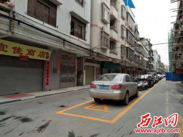▲长湖街新施划的黄色方格停 车区,方便了居民停车,还提高了车 位使用效率。 西江日报通讯员 谭迎三 摄
