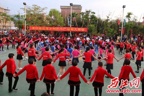 莫村镇前锋村村民在新建的文化广场上跳广场舞。 西江日报通讯员 摄