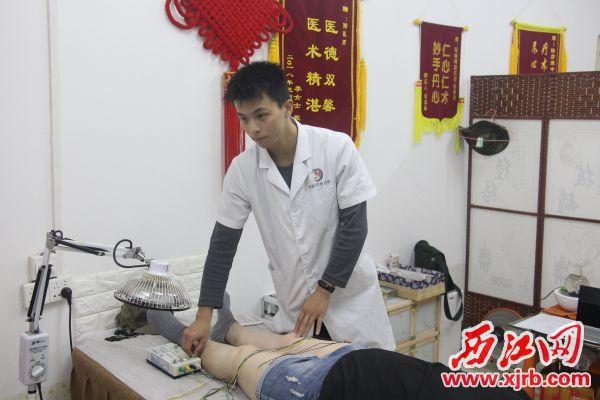 陆彦霖正在用针灸为患者治疗。 西江日报记者 严炯明 摄
