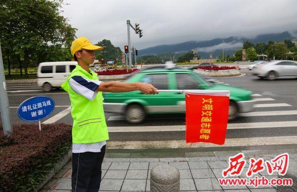 文明交通志愿者上岗执勤助力创文。 西江日报记者 梁小明 摄