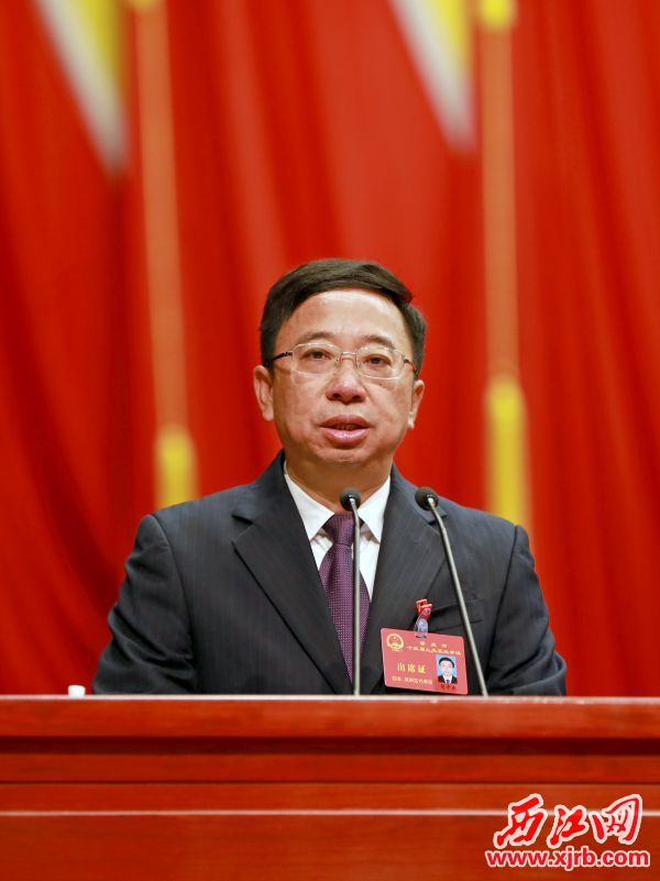 范中杰作政府工作报告。 西江日报记者 刘春林 摄