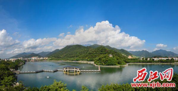 山湖叠翠,绿色鼎湖。