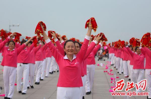 群众载歌载舞欢迎八方游客 来肇庆过大年。 西江日报记者 梁小明 摄