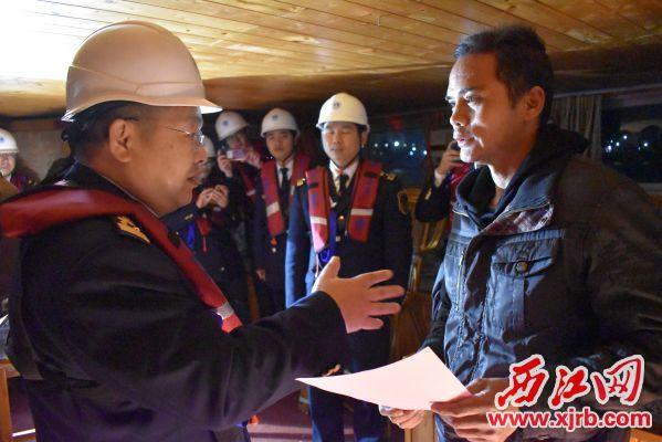 陈文副局长现场登船对船舶进行春运安全提醒