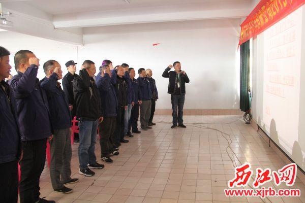 动员大会商,驾驶员进行春运安全宣誓,承诺遵守安全文明驾驶要求。 记者 岑永龙 摄