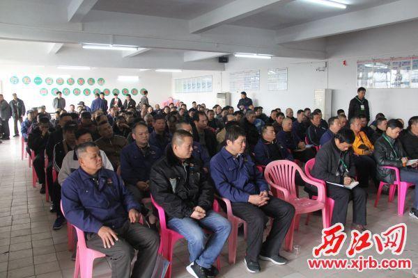 市交通运输局、市交警支队、市交通集团、市公汽公司有关负责人以及驾驶员共200多人参加大会。 记者 岑永龙 摄
