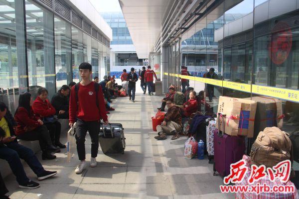 肇庆火车站候车大厅已有不少提前候车旅客。 西江日报记者 严炯明 摄