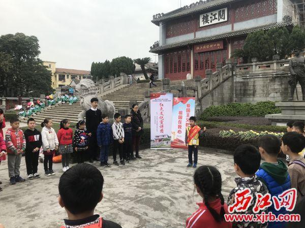 红领巾宣讲员宣讲红色文化。 西江日报记者 吴问胜 摄