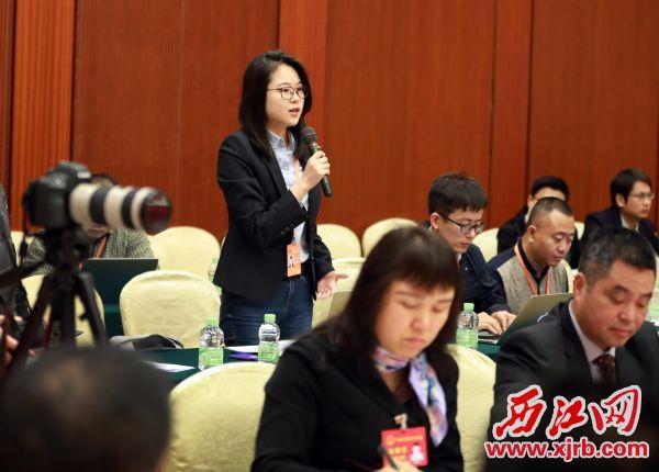 凤凰卫视记者就APP自助领取彩金38如何融入大湾区建设提问。 西江日报记者 刘春林 摄