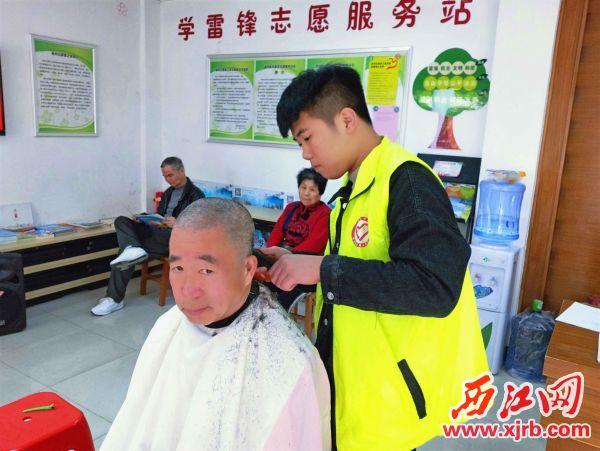 义工为居民义剪。 西江日报通讯员 王玫 摄