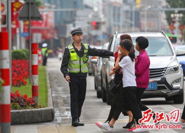 春节期间,一位辅警在城区天宁北路疏导交通,维持秩序。 西江日报记者 梁小明 摄