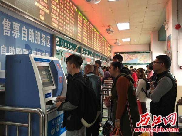 广宁汽车站迎来节后第一波高峰,车站内人头攒动。西江日报记者 杨丽娟 摄