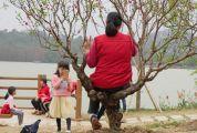 春节假期七星岩景区现不文明一幕 游客坐在桃花树上拍照