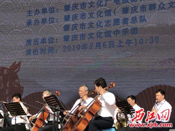 今年大年初二,文化志愿者在牌坊广场舞台为群众演出。 西江日报记者 赖小琴 摄