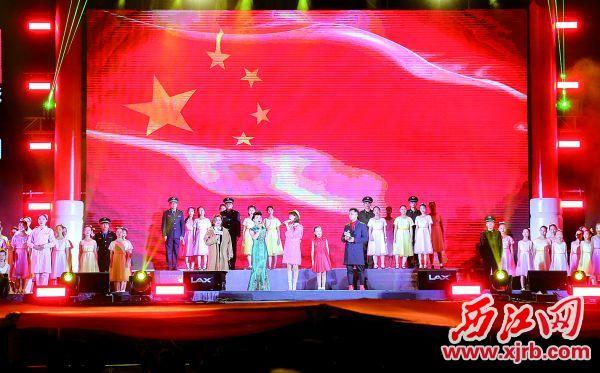 昨晚,在专业歌手等的带领下,现场超过7万名观众共同高唱《我和我的祖国》。  西江日报记者 梁小明 摄