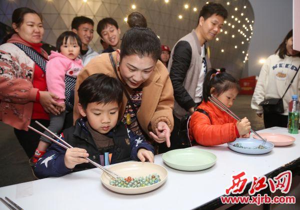 精彩的互动游戏吸引众多市民游客参 加。 西江日报记者 梁小明 摄