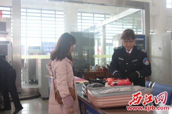 肇庆火车站安检员刘孝英 每天弯腰深蹲上千次