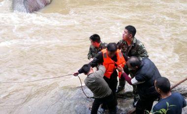 游客被卡湍急水流中 怀集警民合力大营救