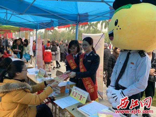 德庆县税务局运用多渠道、多元化的传播方式向纳税人和缴费人宣传 减税降费系列政策。 德庆税务局供图