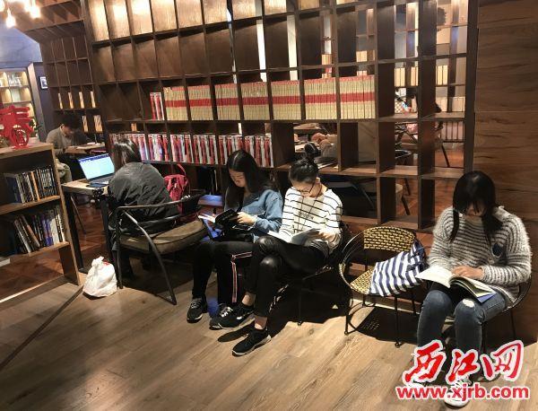知本书店里,市民沉浸在阅读的海洋里。 西江日报记者 潘粤华 摄