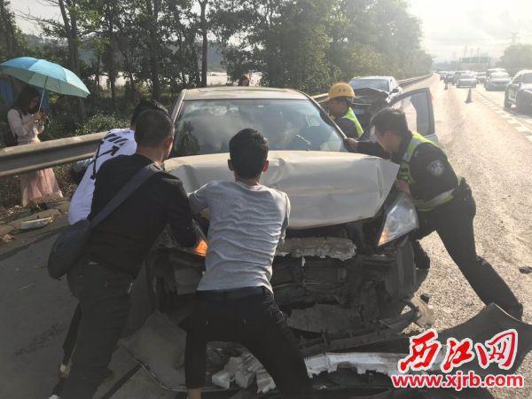交警帮忙处理事故。 西江日报通讯员 摄