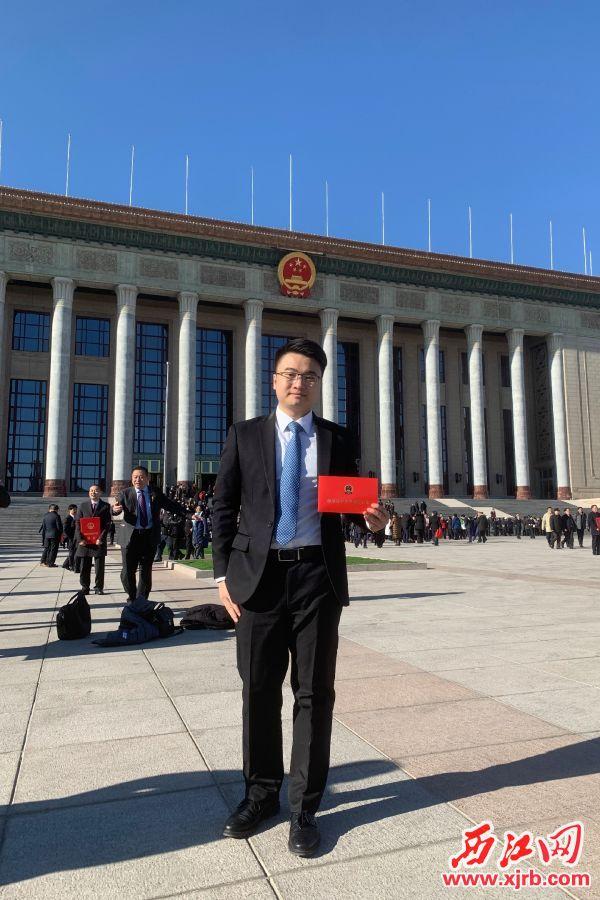 梁文华参加2018年度国家科学技术奖励大会,在人民大会堂前留影。 受访者供图