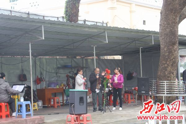 在宝月公园,粤剧爱好者在唱粤剧。 西江日报记者 严炯明 摄