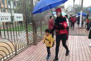 市直属机关第一幼儿园家长志愿者李幸协助幼儿园缓解道路堵塞