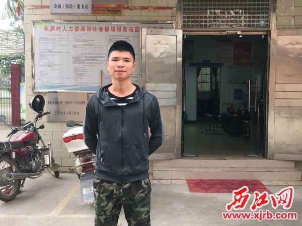 覃卓业退伍后一直热心地帮助 村委会开展工作。 西江日报记者 赖小琴 摄