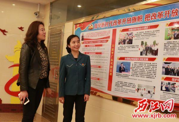 李彬(左)检查党务宣传工作。 西江日报记者 杨丽娟 摄