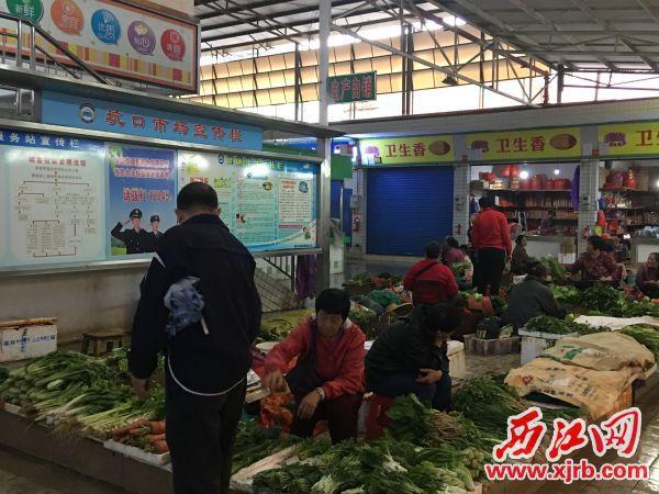 即便是自产自销区,商户也文明有序、诚信经营。 西江日报记者 赖小琴 摄