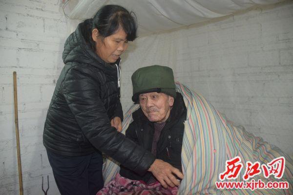 谢嫦正在照顾父亲。 西江日报记者 陈松连 摄