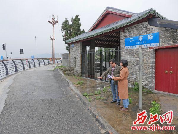 工作人员调研广爱亭升级改造规划设计。 西江日报记者 吴威豪 摄
