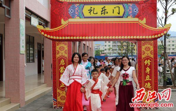桂城中心小学举行开笔礼,师生共走礼乐门。 西江日报通讯员 供图
