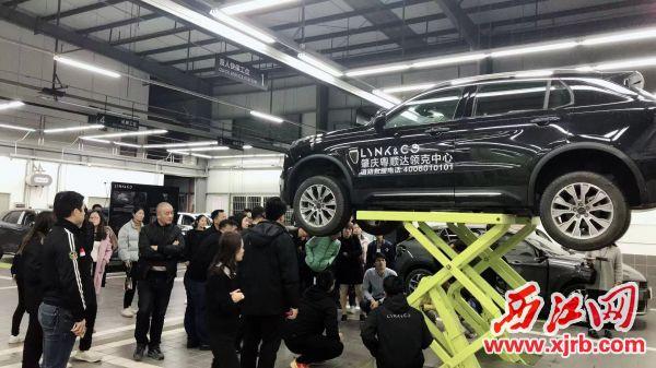 领克中心相关负责人带领新车主参观售后车间,让车主们 对领克的产品及服务有更加深入的了解。