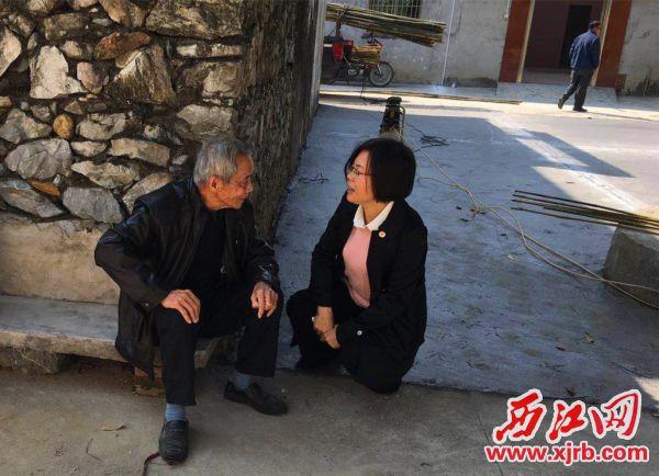 陈素芳(右)向当地群众了解生活情况。 受访者供图
