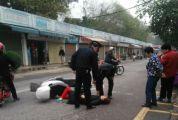 女士驾车晕倒被压 城管市民一起救助