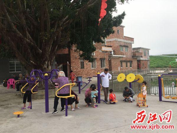 罗园村文体广场上,老人和孩童一起休闲娱乐。 西江日报记者 赖小琴 摄