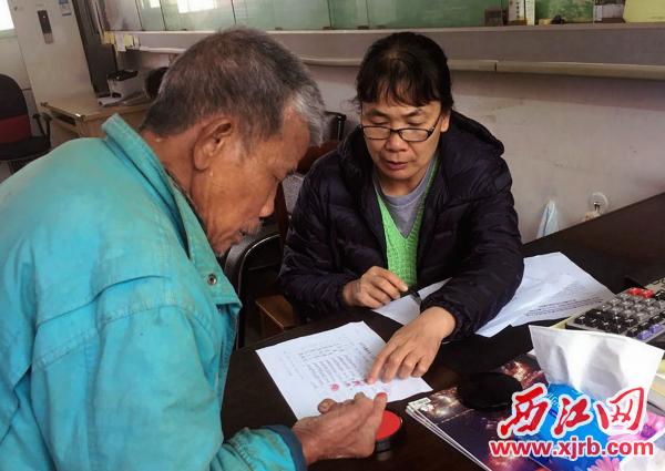 程啟玲(右)耐心細致開展居民工作。 西江日報通訊員 譚迎三 攝