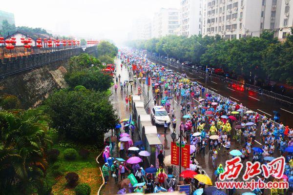 2017肇庆国际半程马拉松赛在宋城墙下起跑。西江日报记者 梁小明 摄
