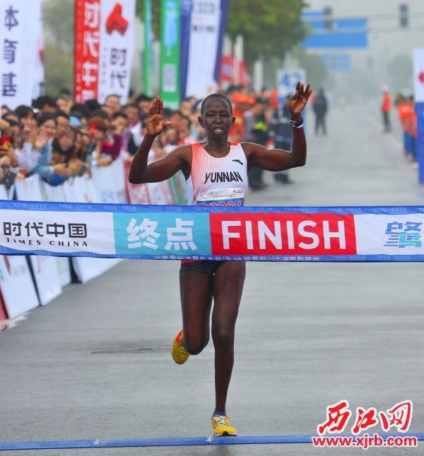 肯尼亚选手捷普托奋力冲刺,获得女子组冠军。西江日报记者 梁小明 摄