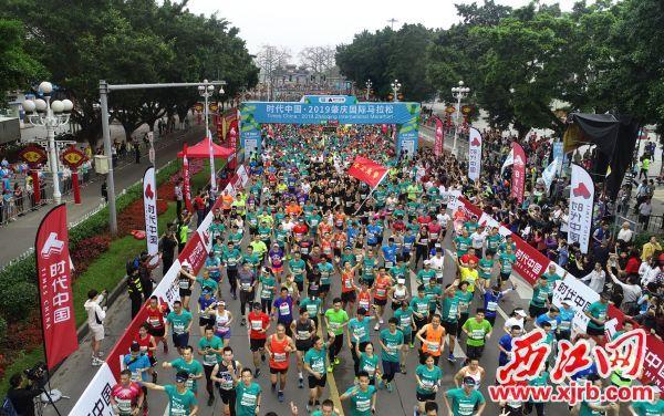 昨日,名城肇庆春潮涌动,时代中国·2019肇庆国际马拉松在美丽的山水间开跑。 西江日报记者 朱健兴