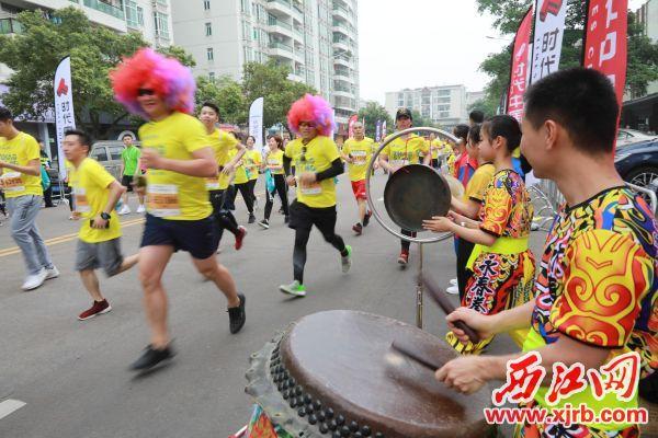 锣鼓震天,啦啦队为选手们加油鼓劲。 西江日报记者 刘春林 摄