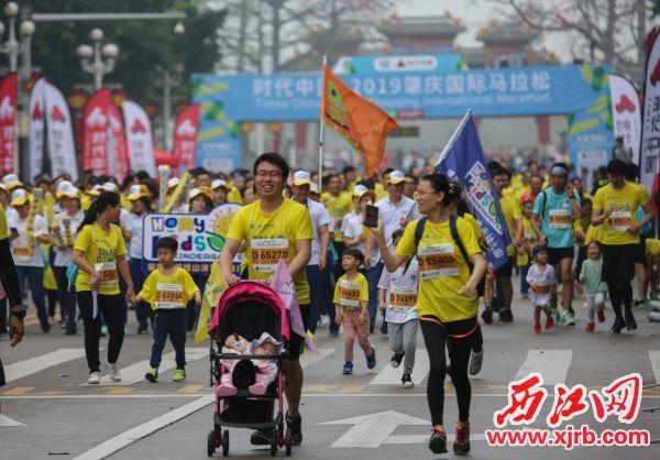 亲子跑团欢跑在肇庆美丽山水中。 西江日报记者 梁小明 摄