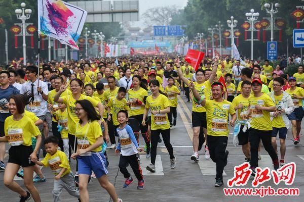 2万多名肇马跑者踏着欢快的节奏,跑进肇庆的美丽山水中。 西江日报记者 梁小明 摄