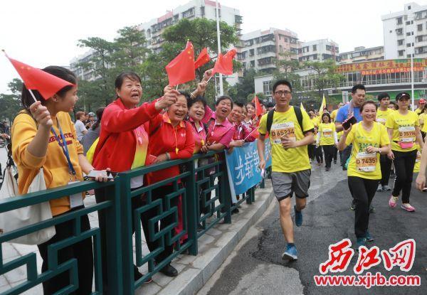 市民啦啦队为肇马选手们热情加油呐喊。 西江日报记者 刘春林 摄