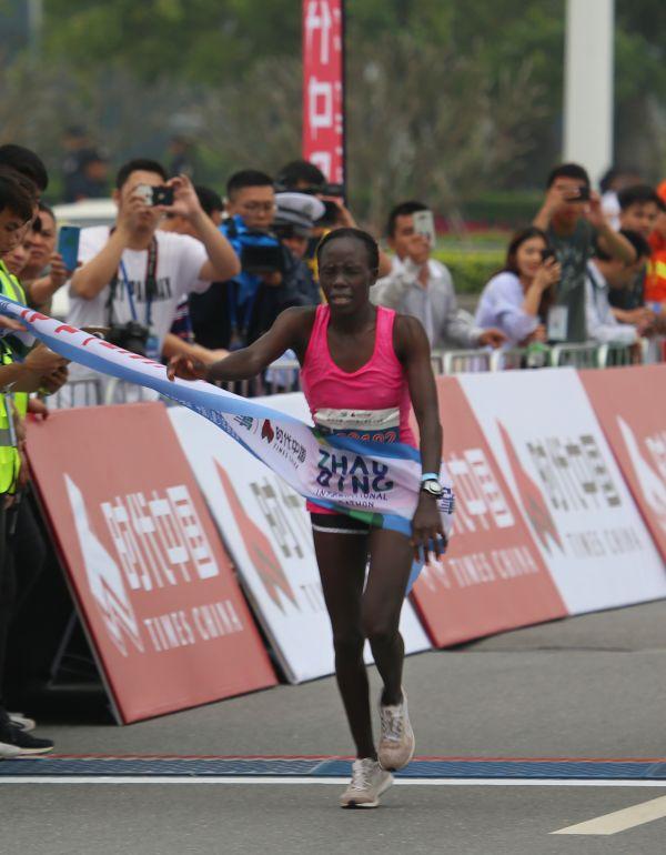 图7  肯尼亚选手ISGAH CHERUTO冲刺获得全马女子组冠军。西江日报记者  梁小明  摄